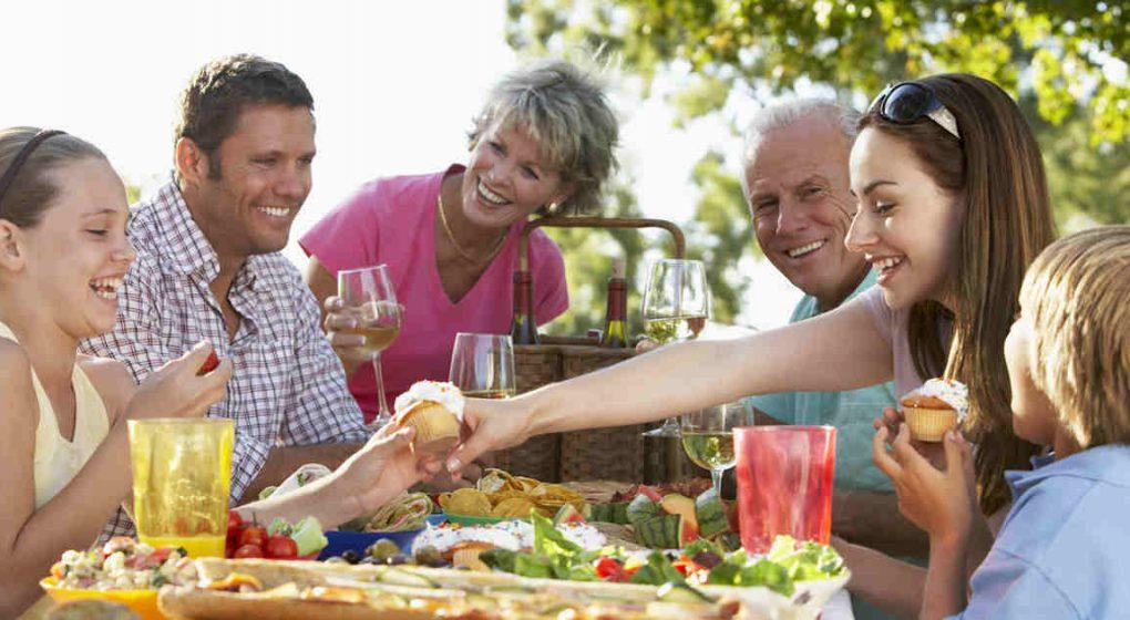 Essen in Gemeinschaft macht glücklich: Das besondere Kochbuch für Familien